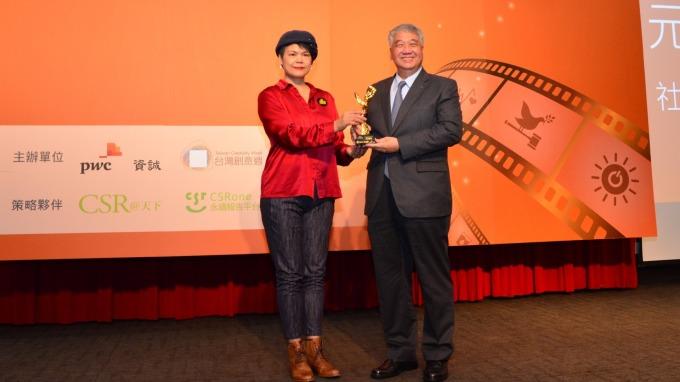坎城國際創意節台灣官方代表賴治怡(左)頒獎,元富證券董事長陳俊宏(右)代表受獎。(圖:元富證提供)