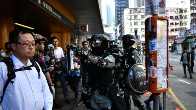 香港再傳暴力事件 港股跌逾600點 拖累整體亞股下挫(圖片:AFP)
