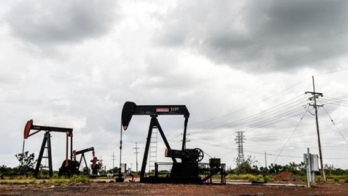 美中貿易戰情勢未明 油價自七週高點回跌  (圖:AFP)