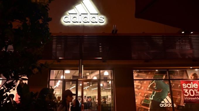 還是亞洲勞工便宜好用?Adidas將關閉美德的機器人生產工廠(圖片:AFP)