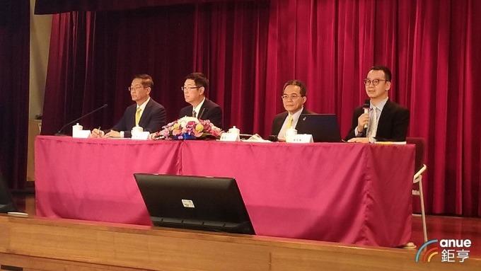 鴻海今日召開法說會,左起為副董事長李傑、董事長劉揚偉、財務長黃德才、投資人關係協理楊俊翰。(記者彭昱文攝)