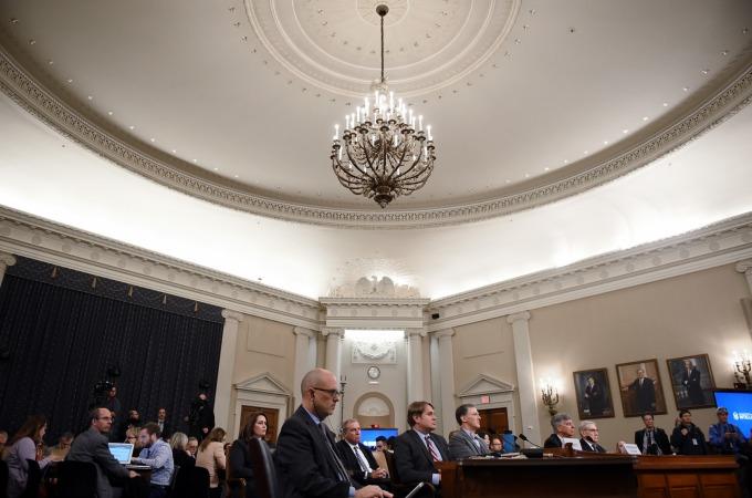 美國眾議院展開首場針對美國總統川普「電話門」事件的彈劾調查公開聽證會 (圖片: AFP)