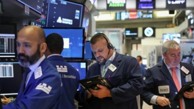 市場關注鮑爾作證+Fed票委談話 道瓊早盤近持平 (圖:AFP)