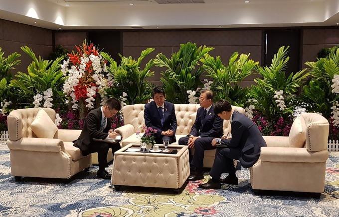 先前 11 月 4 日在泰國曼谷進行短暫密談的日韓元首 (資料照片) (圖片:AFP)