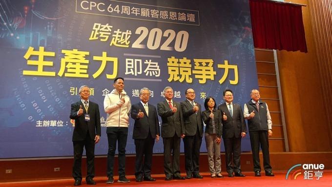 經濟部長沈榮津(左四)今出席活動表示,台商回台步調轉趨平穩。(鉅亨網記者劉韋廷攝)