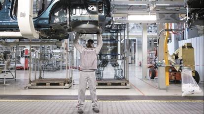 車用市場規模將超越筆電、智慧手機等消費性電子。(示意圖:AFP)