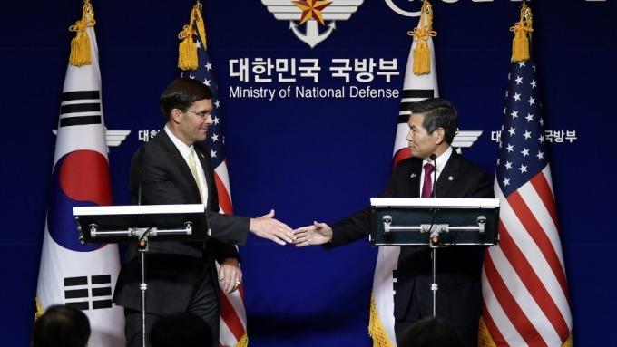 美國國防部長Mark Esper(左)上週與南韓國防部長鄭景斗見面(圖:AFP)