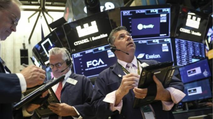 美股盤後 — 川普再祭關稅警告 家得寶、波音拖累 道瓊跌逾百點。(圖片:AFP)