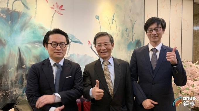 界霖科技董事長蔡上元(中)、執行副總蔡孟位(右)、副總蔡定宏(左)。(鉅亨網記者林薏茹攝)