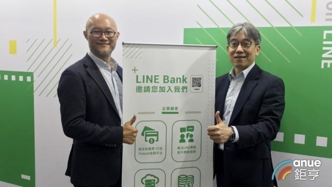 LINE Bank 籌備處執行長黃以孟(右)、LINE台灣董事總經理陳立人(左)。(鉅亨網記者陳蕙綾攝)