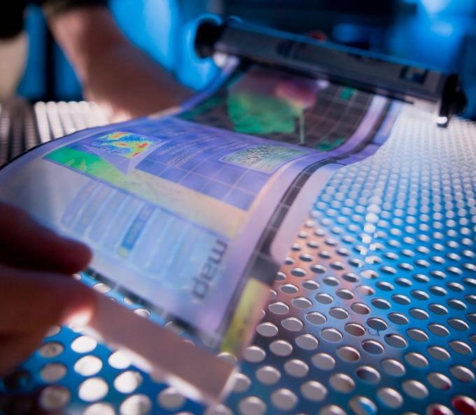 OLED 有機發光二極體具有「可撓式」特性,讓顯示器或照明設備有機會變成小小一個卷軸。 圖片來源│U.S. Army RDECOM