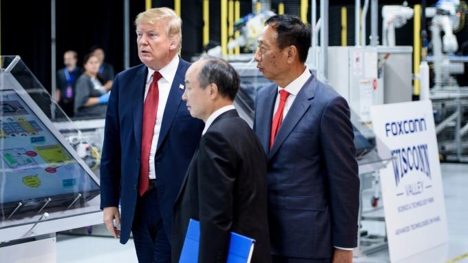 2018年6月美國川普總統協同郭台銘參訪富士康威州工廠(圖:AFP)