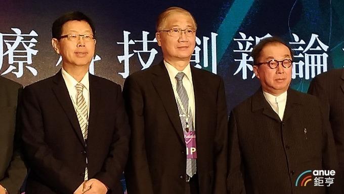 左起為鴻海董事長劉揚偉、生策會副會長楊泮池、廣達董事長林百里。(鉅亨網記者彭昱文攝)