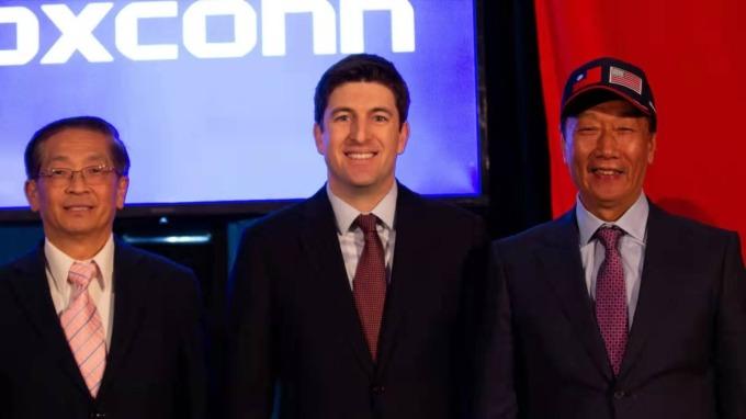 右起為鴻海創辦人郭台銘、美國國會議員Bryan Steil、鴻海副董事長李傑。(鴻海提供)