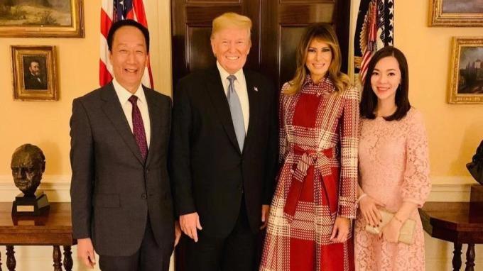 郭台銘在臉書上貼出自己與太太曾馨瑩,跟川普夫婦的合照。(翻攝自郭台銘臉書粉絲專頁)