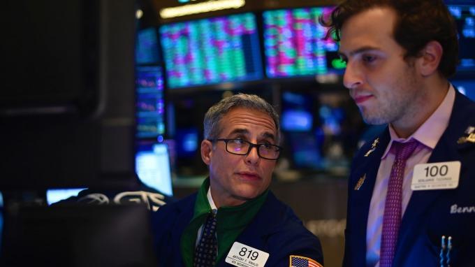 美股盤後 — VIX飆逾16%!新關稅上路迫在眉睫 蘋果領道瓊跌逾百點 (圖片:AFP)