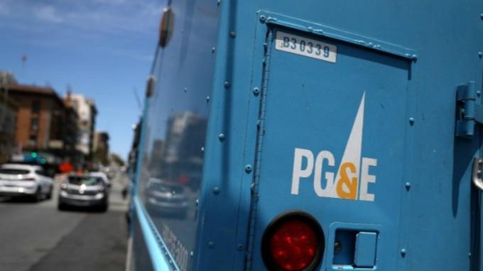 PG&E 百年輸電塔走火,引發去年多起加州野火肆虐。(圖片:AFP)