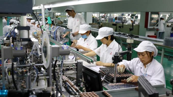 10月經常性薪資42060元 年增率重返2%之上。(圖:AFP)