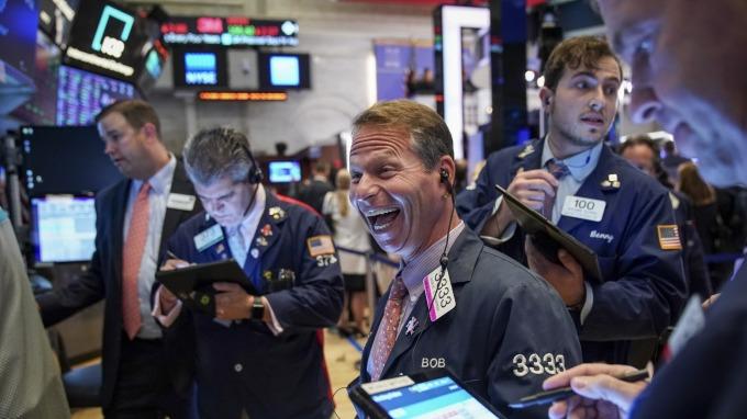 美股盤後 — 美中計劃明年一月簽署階段協議 標普、那指收盤續刷歷史新高。(圖片:AFP)