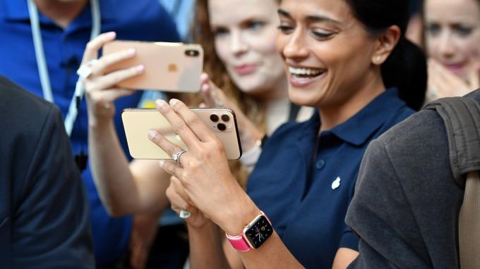 iPhone躲過關稅劫 蘋果股價再創新高(圖片:AFP)