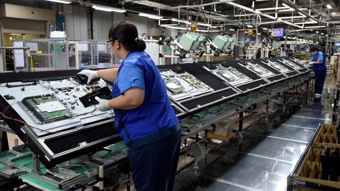 面板出現落底復甦,業者寄託新一代顯示技術發展。(圖:AFP)