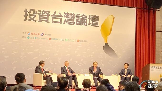 經濟部長沈榮津(左二)今出席投資台灣論壇。(鉅亨網記者劉韋廷攝)