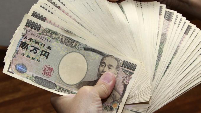 日本擬減2020年度國債發行規模 市場總額調降至128.8兆日圓 (圖片:AFP)
