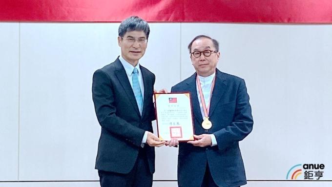 廣達董事長林百里(右)、科技部長陳良基(左)。(鉅亨網記者劉韋廷攝)