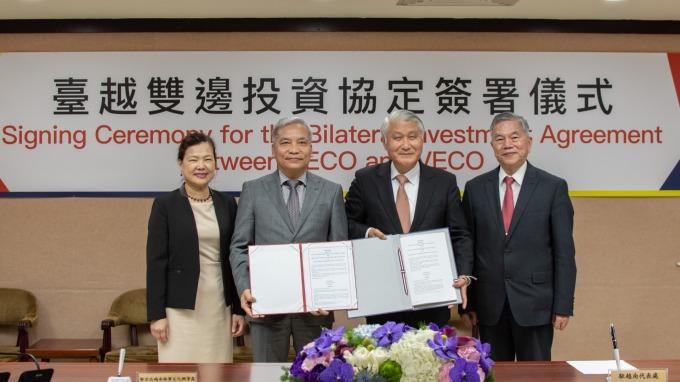 左起:經濟部次長王美花、越南駐台北辦事處代表阮英勇、駐越南代表處大使石瑞琦、經濟部長沈榮津。(圖:經濟部提供)