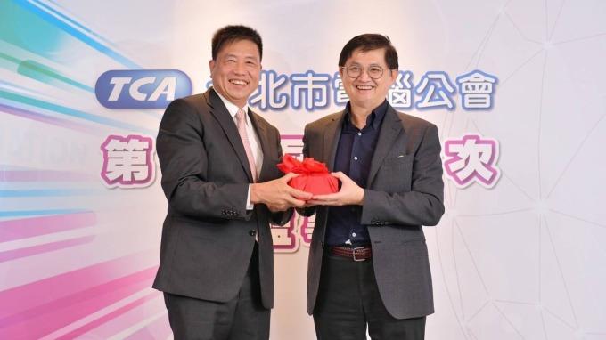 友達董事長彭双浪(左)、和碩董事長童子賢(右)。(圖:台北市電腦公會提供)