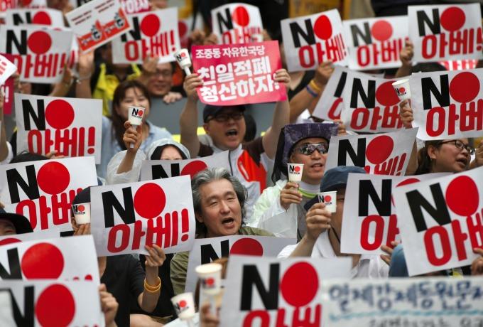 由於日本的嚴格出口管制措施,導致南韓民眾發起日貨抵制運動。(圖片:AFP)
