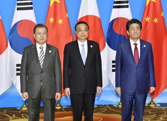 左:南韓總統文在寅,中:中國國務院總理李克強,右:日本首相安倍晉三 (圖:AFP)