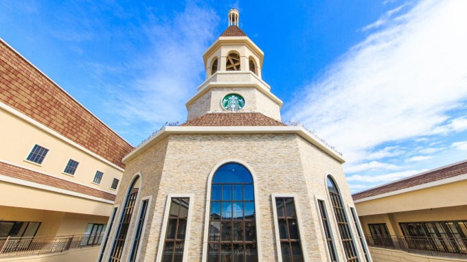 星巴克全台首座歐式鐘樓教堂式外型門市。(圖:星巴克提供)