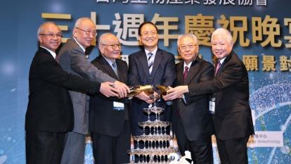 台灣生物產業發展協會理事長李鍾熙(右三)。(圖:台灣生物產業發展協會提供)