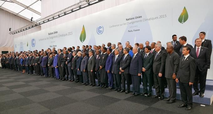 聯合國《氣候變化綱要公約》第 21 屆締約國大會,於 2015 年 11 月 30 日在法國首都巴黎近郊舉行,為期 13 天,簡稱「COP 21」或「CMP 11」。會議目的是各國達成共識,簽訂具有約束力的措施,遏止全球氣溫上升趨勢,被視為「拯救地球的最後機會」,也是最多國家領袖參與的一屆會議。 圖片來源│維基百科