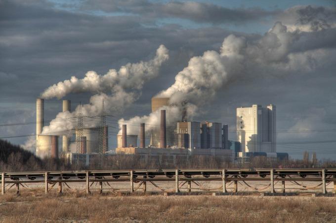 燃煤電廠投資成本高,營運成本低,未來轉換需要付出龐大費用,更是氣候變遷的主因之一,是具有高度碳鎖定風險的選項,許多國家皆已停止興建。 圖片來源│iStock