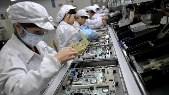 調研機構認為,隨著LED打件速率提升、Mini LED晶片價格下滑、open cell面板的價格來到歷史新低等因素,採用Mini LED背光的顯示器生產成本下降。(示意圖:AFP))