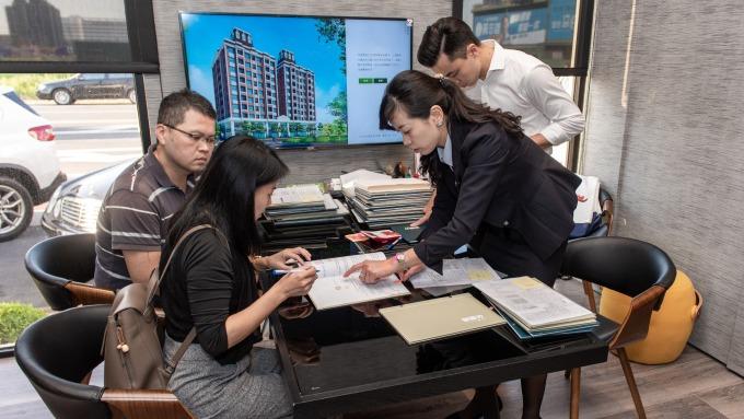 買不買房是每個年輕人的大哉問。(圖/立智提供)