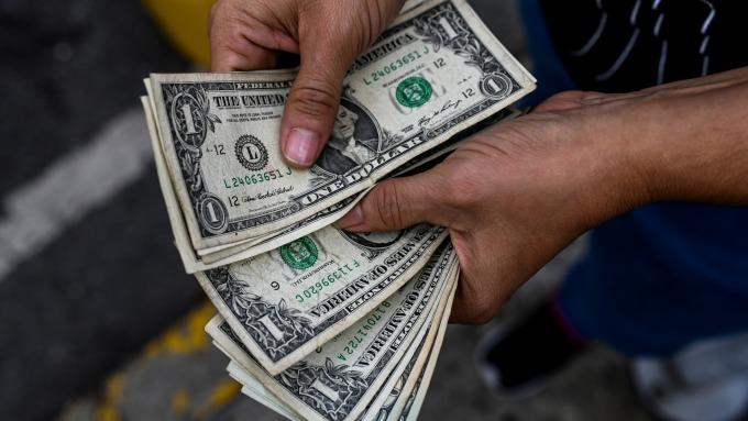 分析師:美元在2020年將走弱 有助推升美股表現 (圖:AFP)