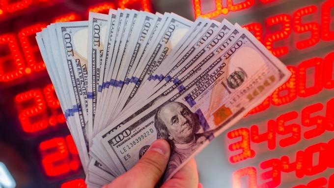 新台幣強升美元存款正夯,短天期美元存款年息上看6%。(圖:AFP)