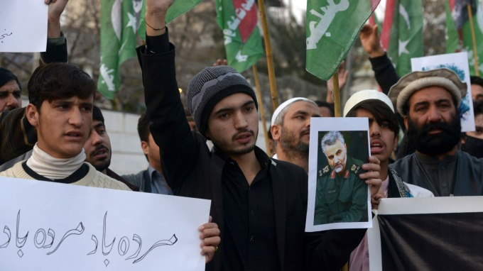 反美示威抗議者高舉遭擊斃的Soleimani指揮官照片(圖片:AFP)
