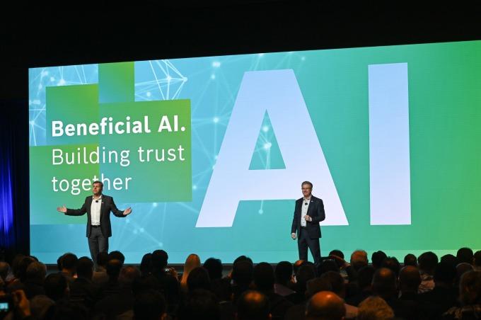 德國博世展出虛擬遮陽板 2025 年全產品搭載 AI 技術 (圖片:AFP)