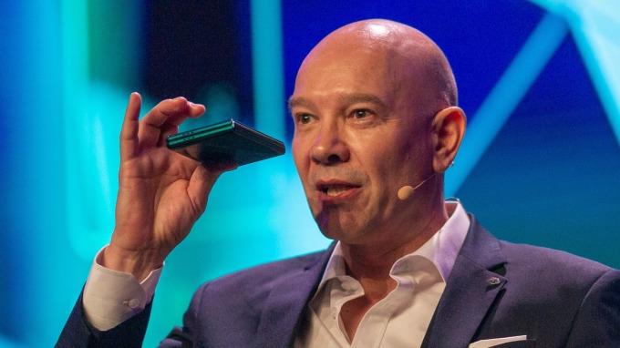 TCL發布首款可摺疊手機 價格將低於1500美元 (圖片:AFP)