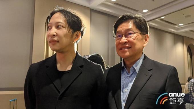 街口執行長胡亦嘉父親、前中華開發工業銀行董事長胡定吾(右)現身力挺兒子。(鉅亨網記者陳蕙綾攝)