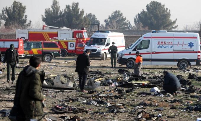 搜救與調查人員進入現場 (圖: AFP)