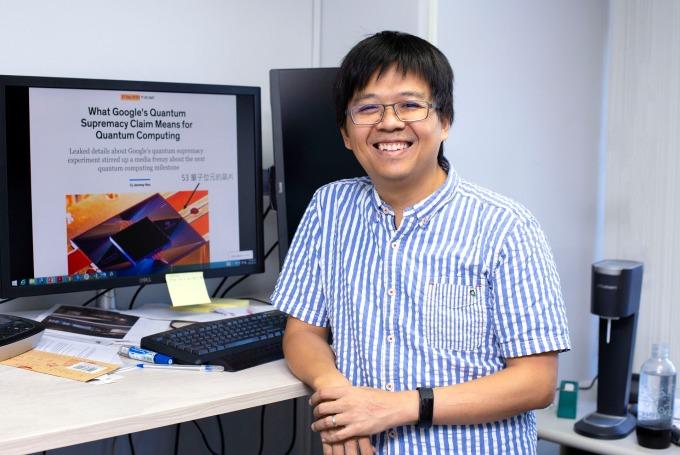 中研院資訊科學研究所鐘楷閔副研究員,專長為理論計算機科學、量子密碼學、量子複雜度理論…… 換成白話,就是一位在資訊科學所用理論 / 數學研究方法研究資訊科學的科學家,專攻量子計算如何影響密碼學,及其潛力與極限。 攝影│林洵安