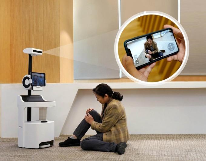 「PECOLA 樂齡陪伴機器人」不僅能辨識、分析老人的生活狀況、飲食起居,還可透過影像跌倒偵測技術,偵測老人跌倒的情況並即時發出通報。