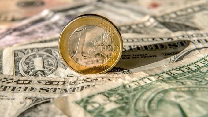 路透調查:華爾街仍看多美元 估至少強勢半年 (圖:AFP)