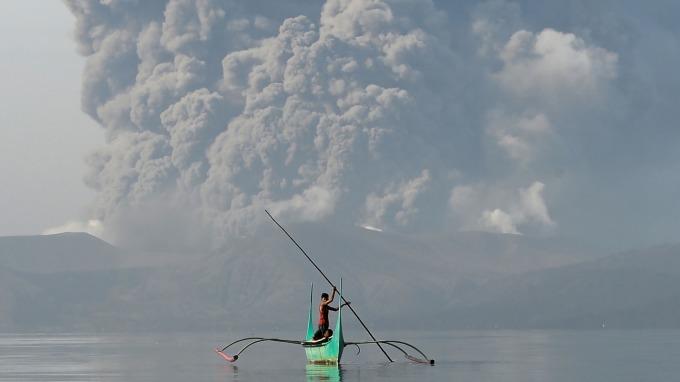 菲律賓塔爾火山噴發高度警戒 機場關閉、菲股休市。(圖:AFP)