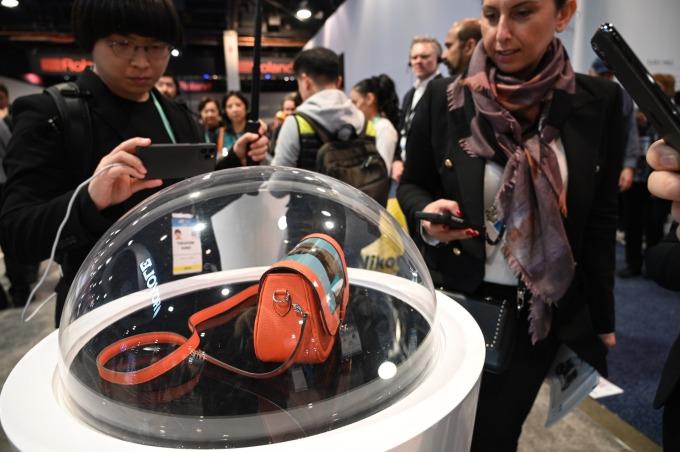(圖片: AFP) 柔宇科技在 CES 2020 展出可撓式螢幕之應用